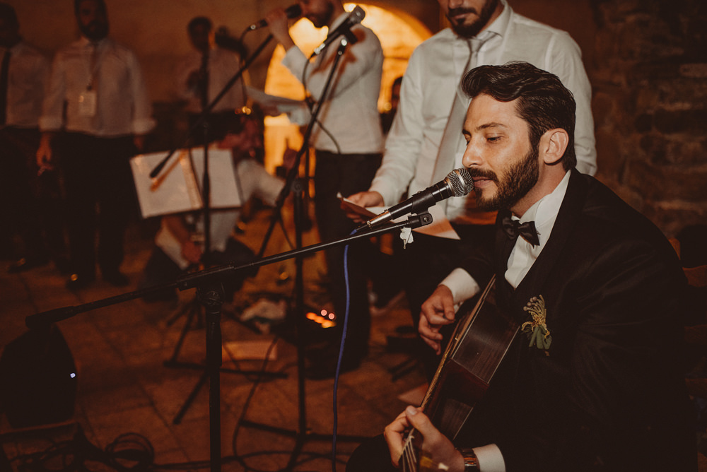 groom singing at the wedding in sardinia