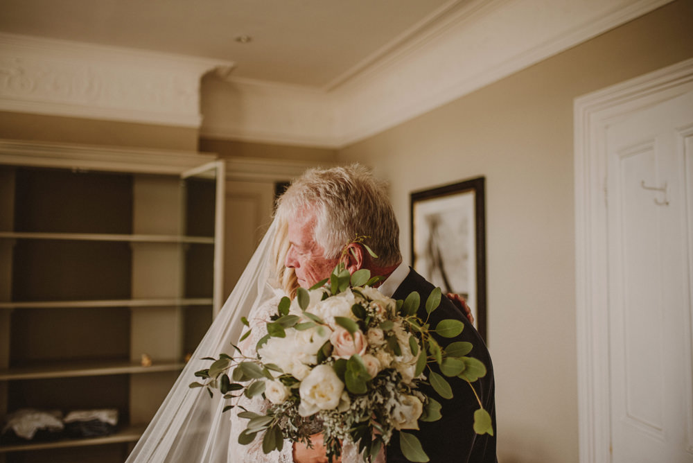 father seeing the bride for the first time